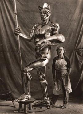 O escultor com o Exu dos Correios e Telégrafos - Foto por Mario Cravo Neto